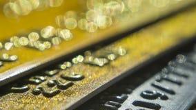 Goldkreditkarten schließen oben Makroschusschipkarte, Kreditkartechip stock video footage