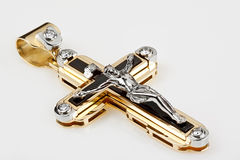 Goldkreuzanhänger mit Diamanten Stockfotografie