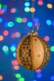 Goldkugel des neuen Jahres auf dem blauen Hintergrund Stockbilder