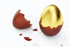 Goldluxusei- und -schokoladenOsterei Gebrochenes, gebrochenes Schokoladenei Eier der süßen Schokolade, Feiertag und Ostern-Symbol stock abbildung