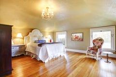 Goldluxuxschlafzimmer mit weißer Bettwäsche. Stockbilder