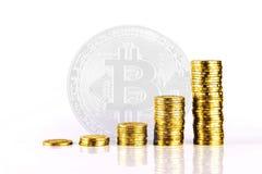 Goldmünze auf Bitcoin-Hintergrund Stockbilder