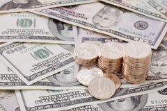 Goldmünzen auf Dollarscheinen Lizenzfreies Stockbild