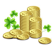 Goldmünzen und Blätter des Klees, DA Str.-Patricks Stockfotografie