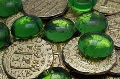 Goldmünzen und Edelsteine stockbilder