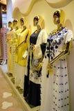 Goldmannequin ausgerichtetes Kleid in voller Länge lizenzfreie stockfotografie