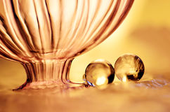 Goldmarmore und eine Flasche Lizenzfreies Stockfoto