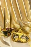 Goldmaske und Weihnachtsdekorationen mit Kerzen Stockbild