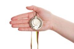 Goldmedaille in der Hand Stockbild
