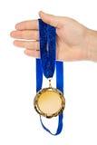 Goldmedaille in der Hand Lizenzfreie Stockfotografie