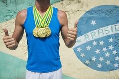 Goldmedaillen-Athlet Standing Brazilian Flag Rio Stockfoto