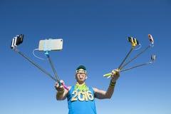 Goldmedaillen-Athlet 2016 Taking Selfies mit Selfie-Stöcken lizenzfreies stockbild