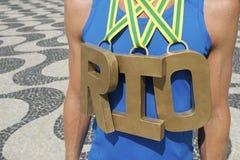 Goldmedaillen-RIO Olympic Athlete Standing Copacabana-Strand Lizenzfreies Stockfoto