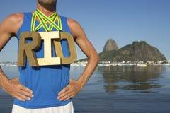 Goldmedaillen-RIO Olympic Athlete Standing Ipanema-Strand Lizenzfreies Stockfoto