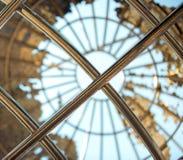 Goldmetallkugel mit einem Himmelblauhintergrund Stockbild