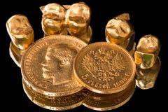 Goldmünzen und zahnmedizinische Kronen Lizenzfreies Stockfoto