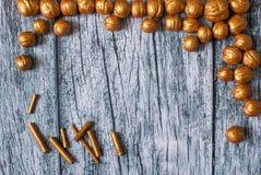 Goldnüsse und Vergoldungsstöcke auf dem Hintergrund von alten Holzverkleidungen, Weihnachtshintergrund Lizenzfreie Stockbilder