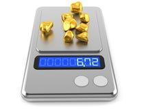 Goldnuggets auf Gewichtsskala Lizenzfreies Stockfoto