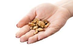 Goldnuggets in der Hand lizenzfreie stockfotografie