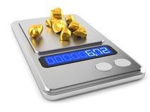 Goldnuggets mit Gewichtsskala Stockfoto