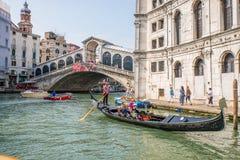 Goldola dichtbij Rialto-brug in Venetië, Italië Royalty-vrije Stock Afbeeldingen