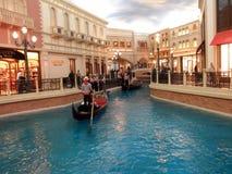 Goldola, fiume e negozi dentro l'hotel veneziano del punto di riferimento dentro Fotografia Stock Libera da Diritti