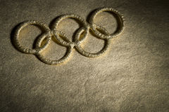 Goldolympisches Ring-Symbol unter Scheinwerfer Lizenzfreie Stockfotografie