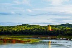 Goldpagode auf Green River Lizenzfreies Stockfoto