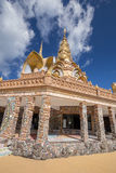 Goldpagode in Tempel Wat Phra That Pha Sons Kaew, Thailand Lizenzfreies Stockbild