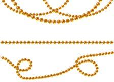 Goldperlen auf einem weißen Hintergrund Eine schöne Kette der gelben Farbe Nettoperlen sind realistisch Dekoratives Element vom g vektor abbildung