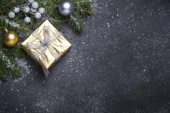 Goldpräsentkarton und -dekorationen auf schwarzem Steinhintergrund stockfotos