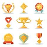 Goldpreis-Gewinn-Symbol-Trophäe lokalisiertes polygonale Ikonen eingestelltes flaches Design Stockbilder