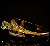 Goldring mit Diamantedelsteinschmuck Stockbild