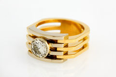 Goldring mit Diamanten Stockbilder