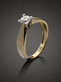 Goldring mit Diamanten stockfoto