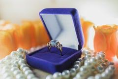 Goldring mit Topas in einer Geschenkbox auf Perlen Stockbild