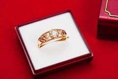 Goldring mit weißem Zirconia enchased stockfoto