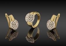 Goldring und Ohrringe mit Diamanten stockfotografie