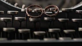 Goldringe auf der Schreibmaschine Makrohochzeitsnahaufnahme schießen diamon Schmuck stock video footage