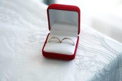 Goldringe für Hochzeiten sind- im Kasten Stockfotos