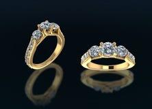 Goldringe mit Diamanten auf schwarzem Hintergrund Lizenzfreies Stockfoto