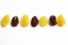 Goldrosine gegen schwarze trockene Rosine Stockfotos