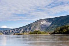 Goldrush城镇从育空河加拿大的Dawson市 免版税库存图片