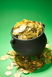 Goldschatz: Gold läuft Schatz-Topf über Stockbilder