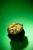 Goldschatz: Goldmünzen im Topf mit Copyspace Stockbild