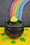 Goldschatz-kleiner Kuchen am Ende eines Regenbogens Lizenzfreie Stockfotografie