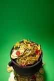 Goldschatz: Münzen und Juwelen im Topf Lizenzfreies Stockbild