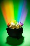 Goldschatz: Magischer Kobold-Schatz mit Regenbogen Stockfotografie