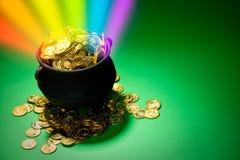 Goldschatz: Magischer Regenbogen explodiert vom Kobold-Schatz-Topf Stockbild