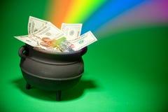 Goldschatz: Magischer Schatz mit Bargeld und Regenbogen Lizenzfreie Stockfotografie